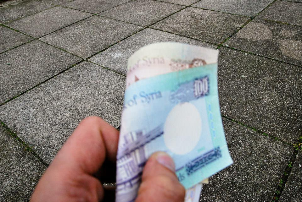 Eine Hand hält einige Geldscheine