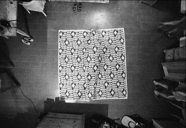 Der Abdruck einer Person unter einem Teppich.