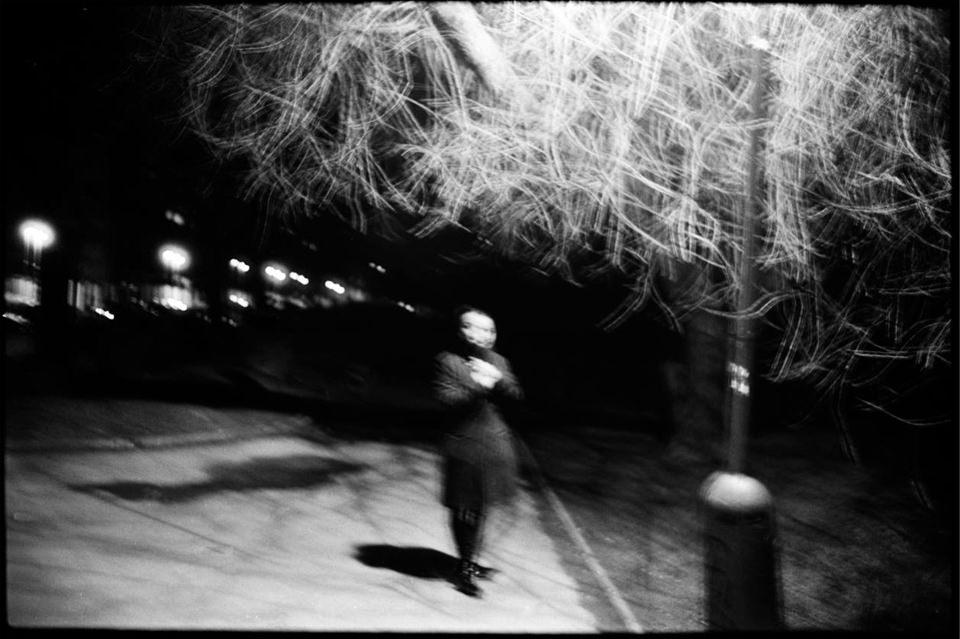 Eine Frau unter einer Straßenlaterne
