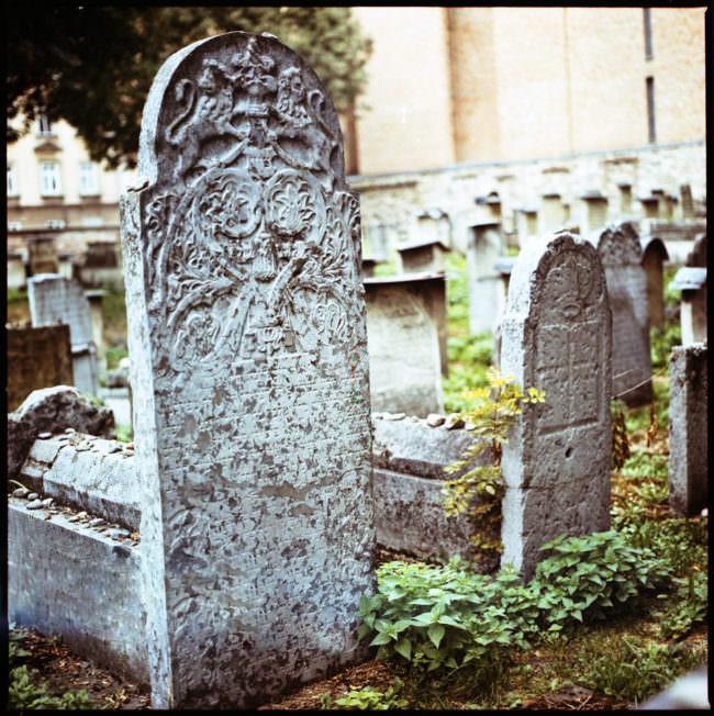 Ein verwitterter Grabstein auf dem Friedhof