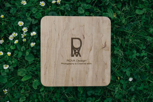 Holzbox auf einer Wiese