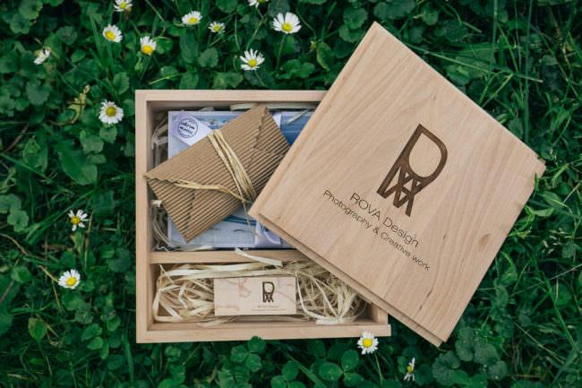 Eine offene Holzbox
