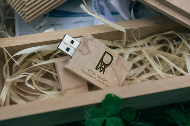 USB Stick in einer Holzbox