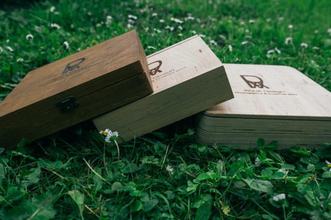 3 Holzboxen im Gras