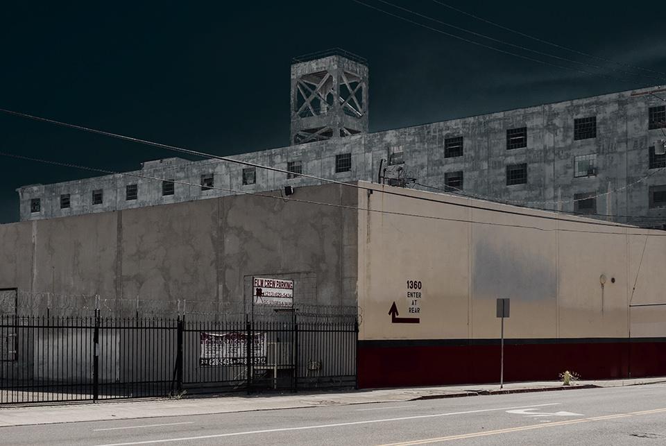 Eine alte Fabrik vor dunklem Himmel.
