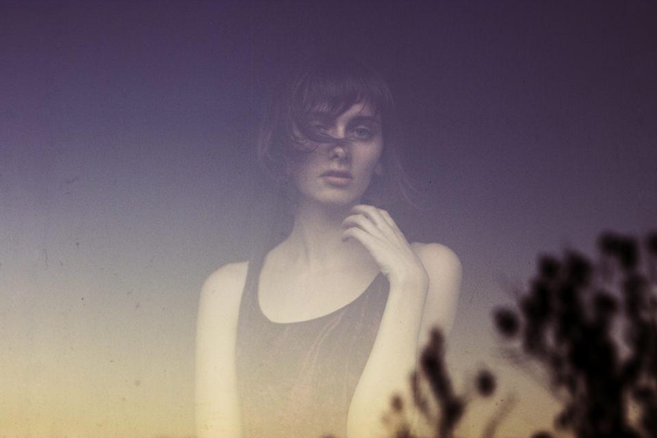 Person einer jungen Frau durch eine Scheibe