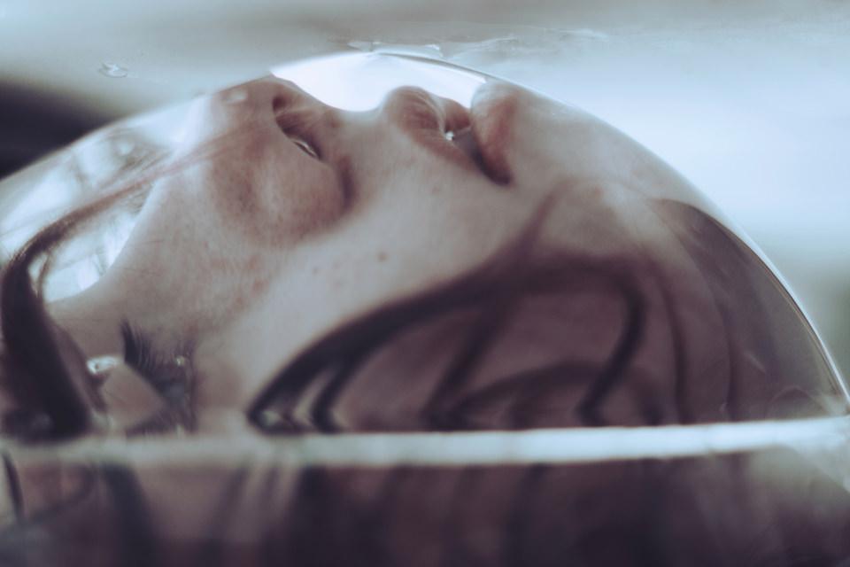 Eine junge Frau unter Wasser