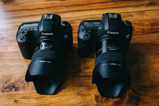 Zwei Kameras mit Objektiven