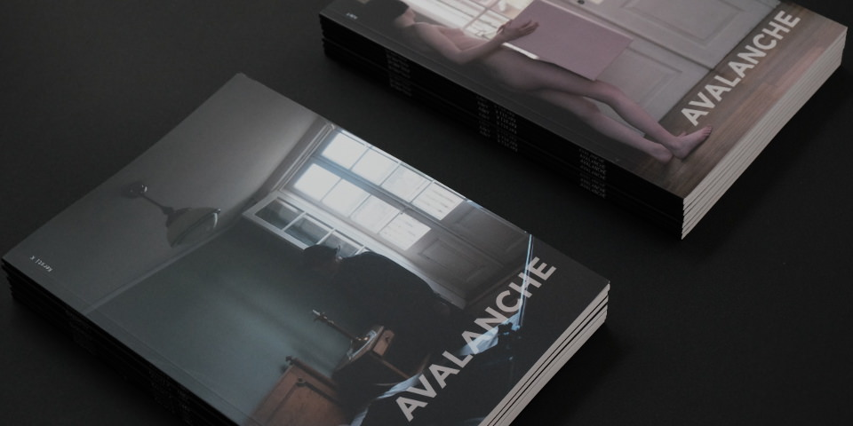 Zwei Stapel Hefte liegen nebeneiander, beide betitelt mit Avalanche.
