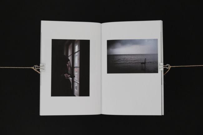 Eine Doppelseite eines Buches mit 2 kleinen, dunklen Bildern.