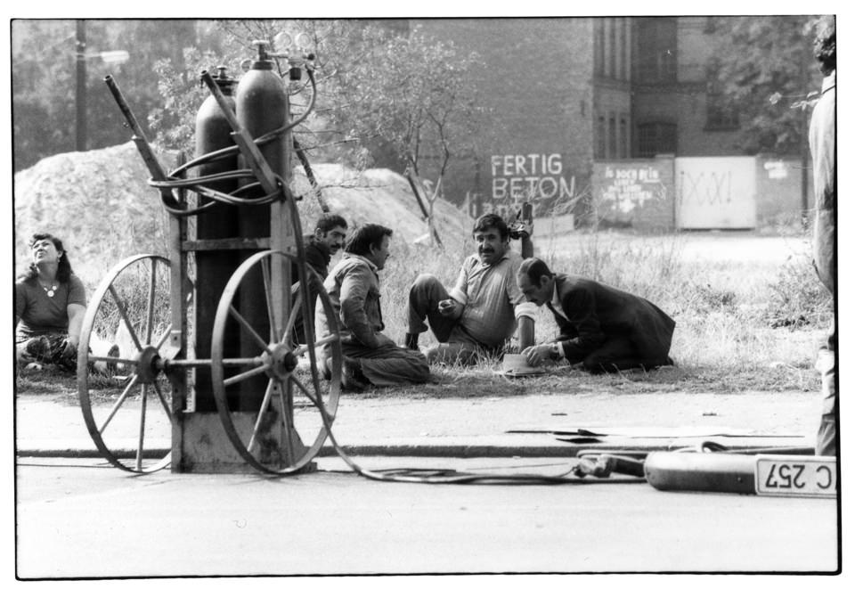 Männer sitzen auf dem Boden.