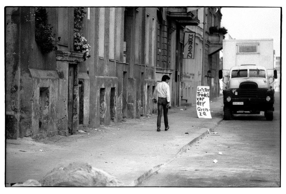 Ein Mann geht die Straße entlang.