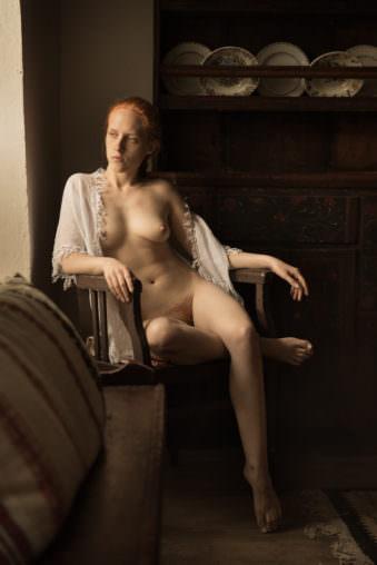 Eine Frau nackt auf einem Stul