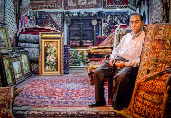 persischer Teppichverkäufer auf dem Vakil-Basar in Shiraz