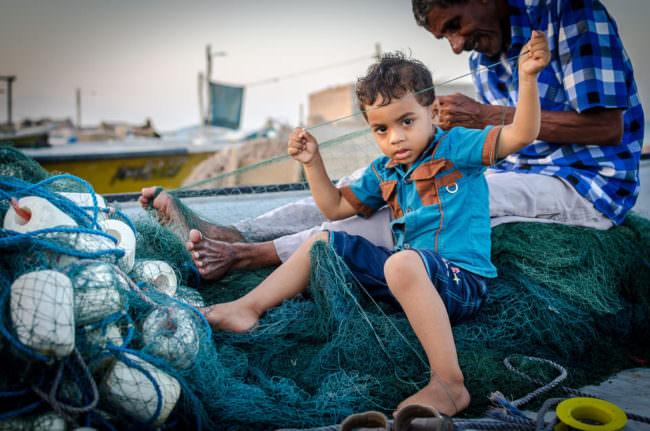 Kind im Hafen von Queshm