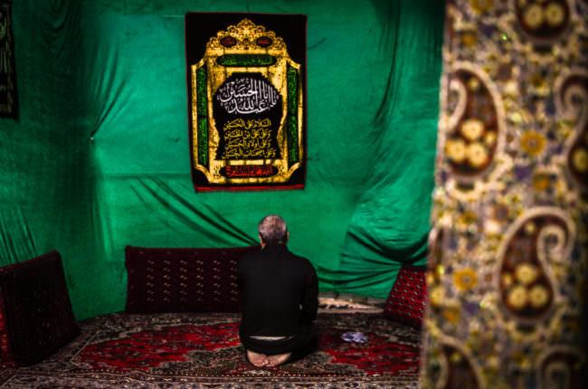 Betender Mann in Moschee