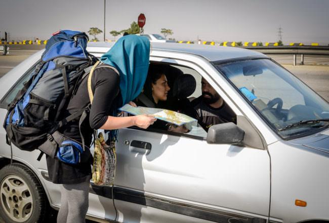 Eine Frau erklärt eine Karte am Auto
