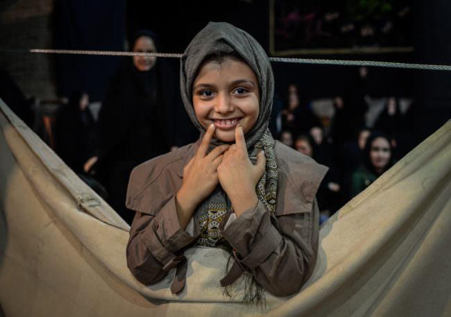 Lachendes Mädchen in der Moschee in Isfahan