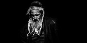 S-W-Portrait eines alten Mannes mit Hut, Bart und Schläfenlocken