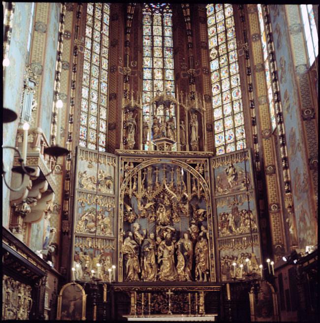 Ein Altar in Gold und bunte Fenster.