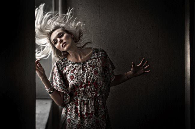 Portrait einer Frau mit fliegenden Haaren.