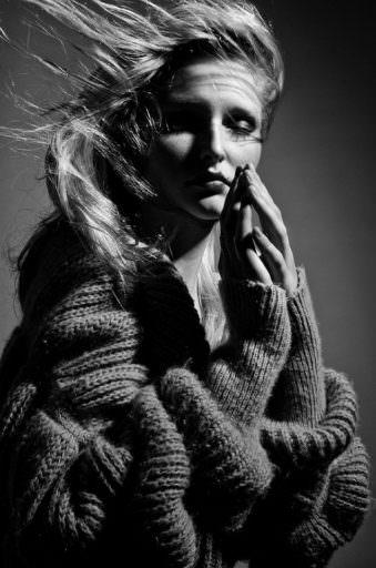 Portrait einer Frau in einem übergroßen Pullover.