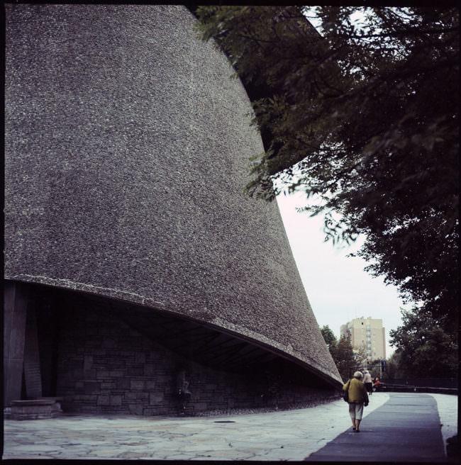 Eine Frau und ein großes rundes Haus.