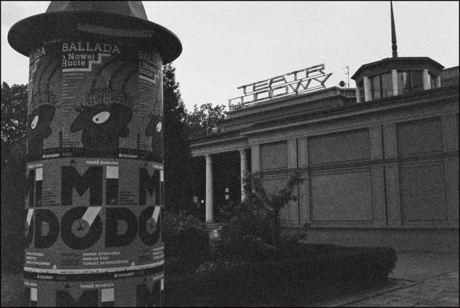 Ein Gebäude auf dem Theater steht.