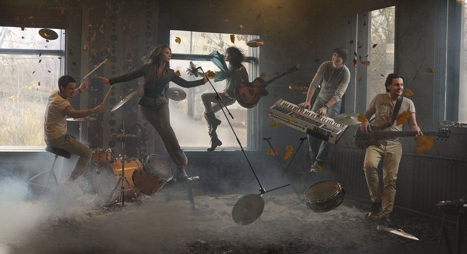Eine Band schwebt im Raum