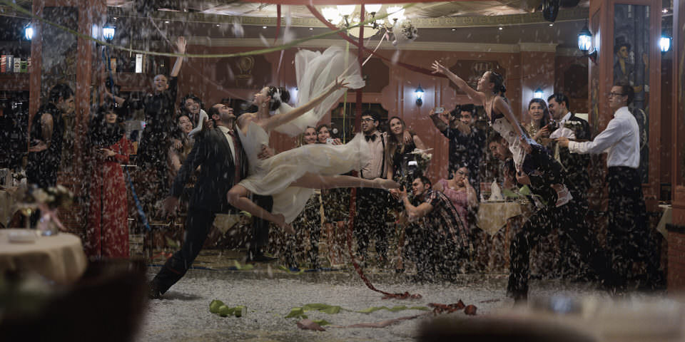 Eine Hochzeitsgesellschaft fliegt auf der Bühne