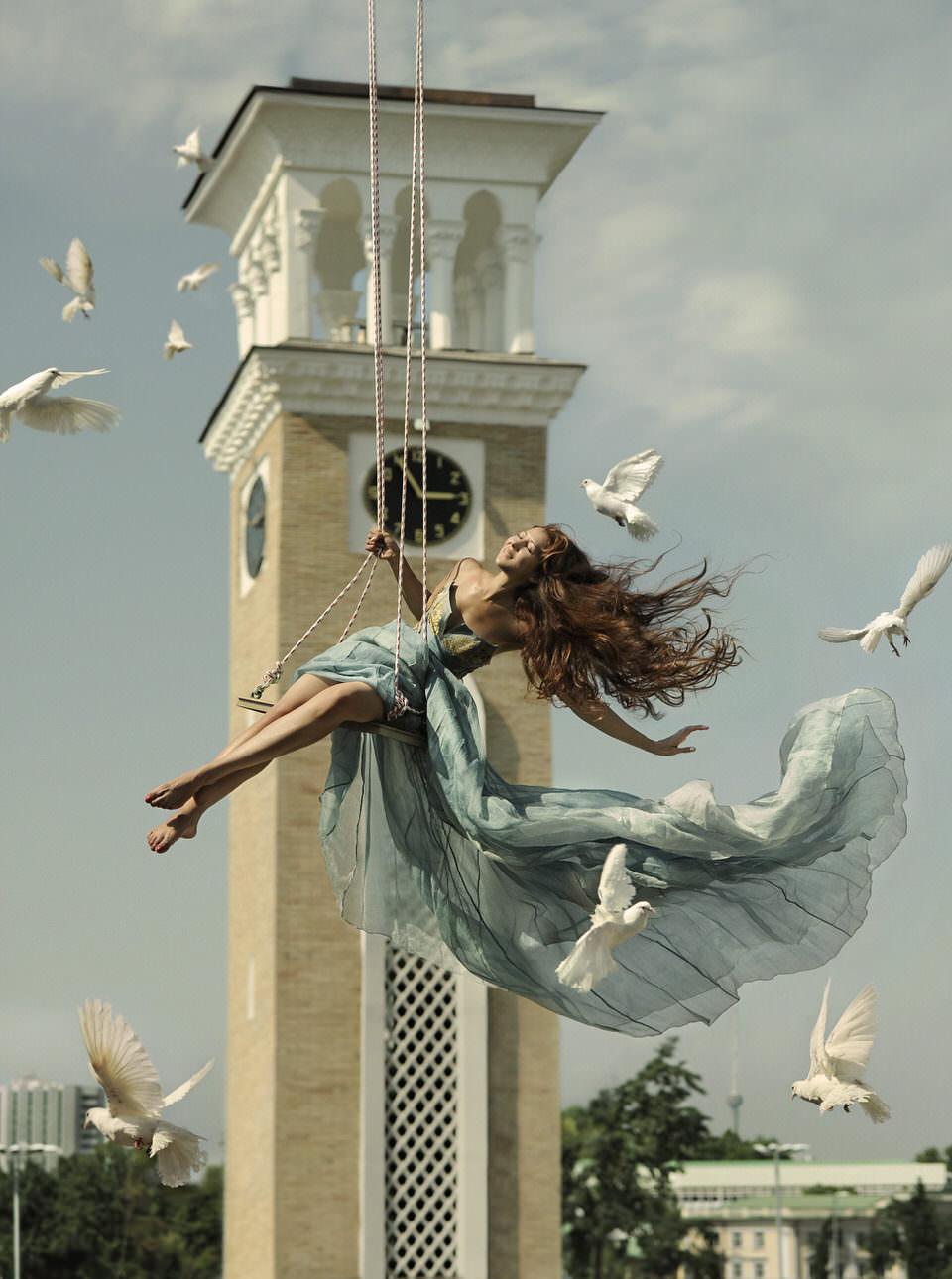 Eine Frau Schaukelt mit Tauben