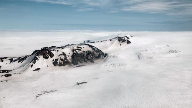 Schneebedeckte Berge aus dem Flugzeug fotografiert