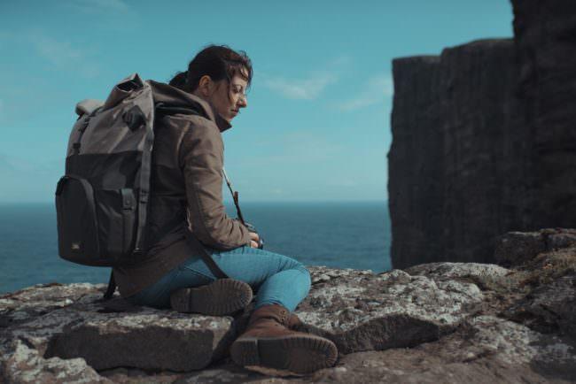 Wanderin an einem Felsen