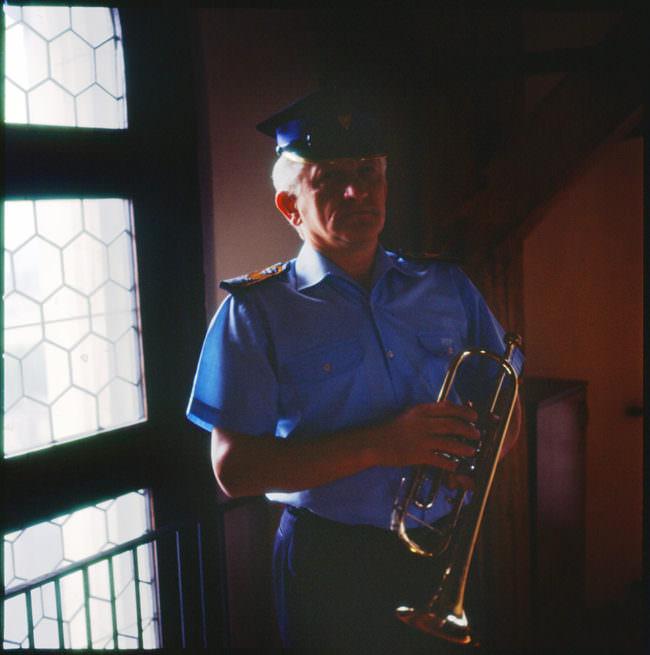 Ein Mann mit einer Trompete.