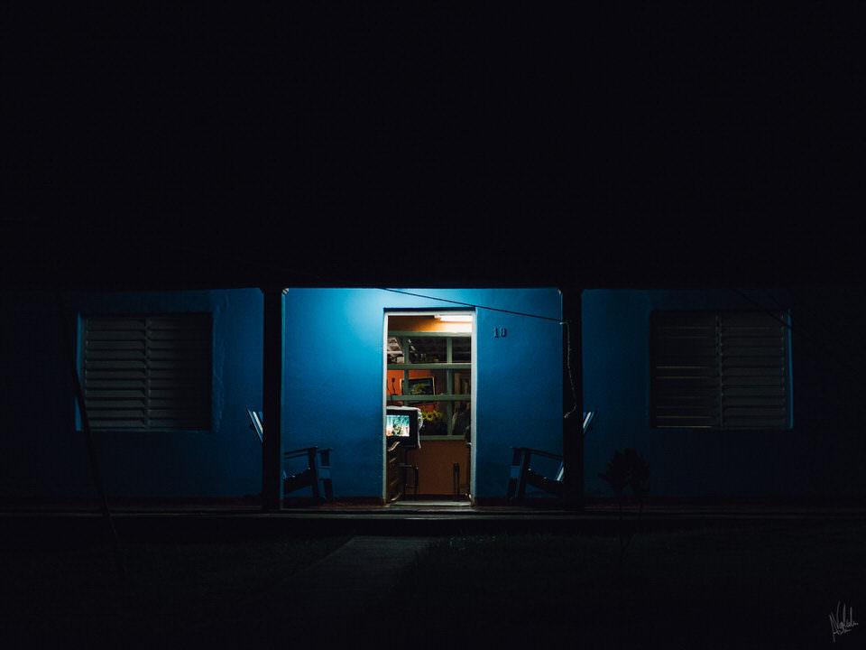 Eine offene Tür bei Nacht