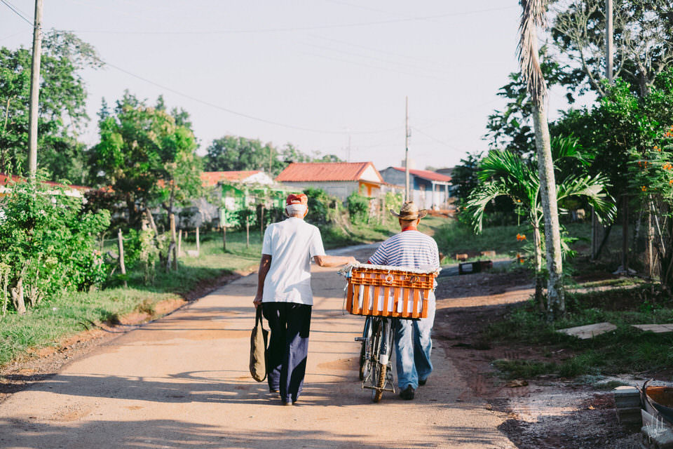 Zwei Männer mit Fahrrad