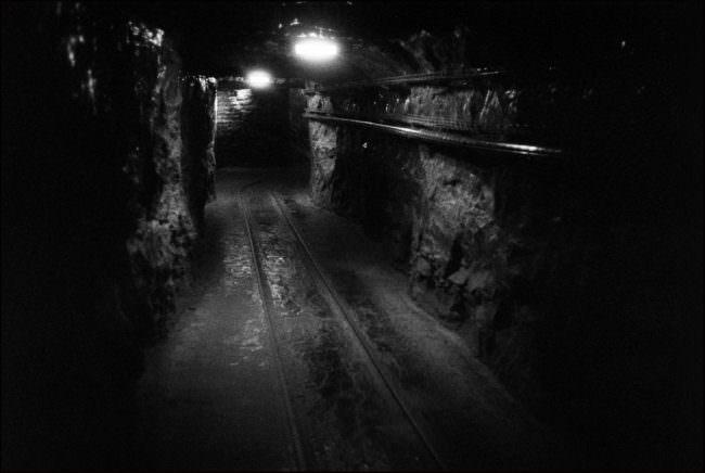 Unter Tage sieht man einen Tunnel.