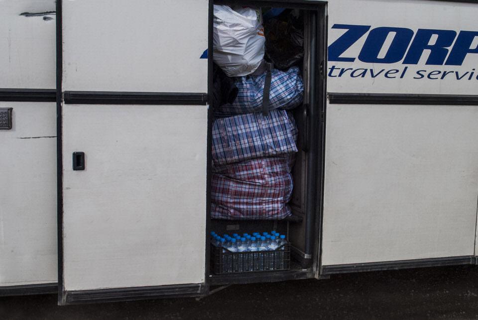 Habseligkeiten werden in den Bus gepackt