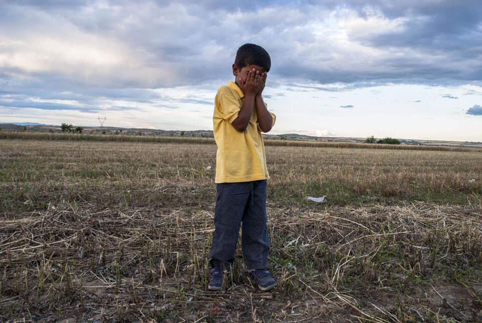 Junge auf dem Feld