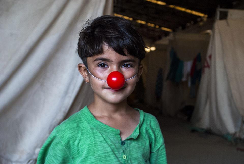 Ein Junge mit Clownsnase