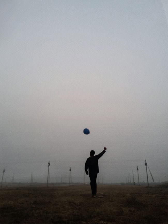 Eine Person steht auf einem nebeligen Feld.