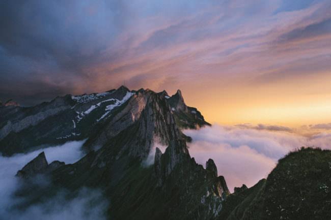 Berge über Wolken im Sonnenuntergang