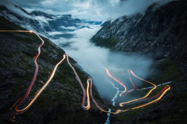Verwinkelte Bergstraßen mit Leuchtspuren durch Langzeitbelichtung.