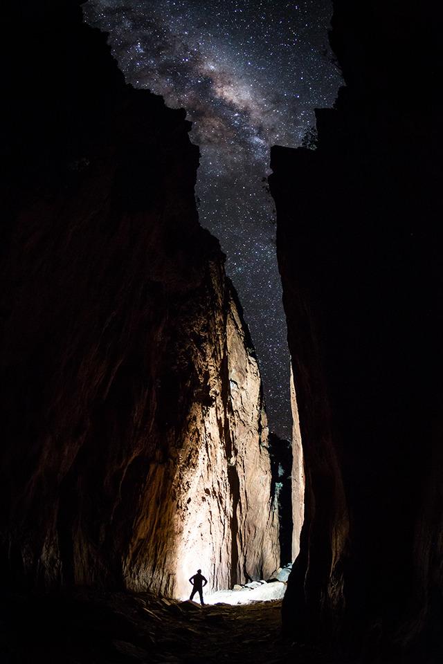 Sternenhimmel zwischen einer Felsspalte.