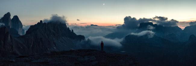 Ein Panorama eines Wanderers in den Bergen