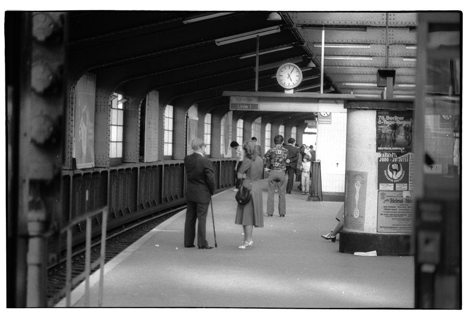 Menschen stehen an einer Ubahnstation.