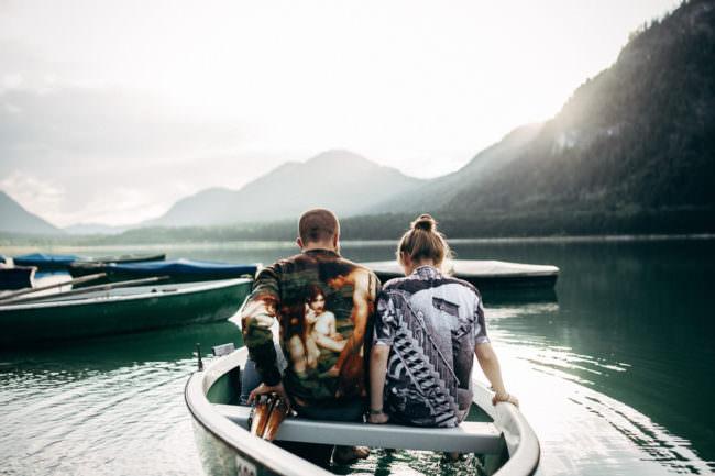 Ein Paar in einem Boot.