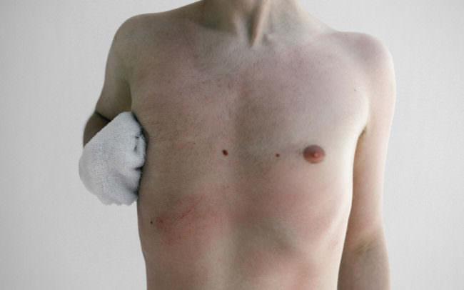 Ein nackter, männlicher Oberkörper.