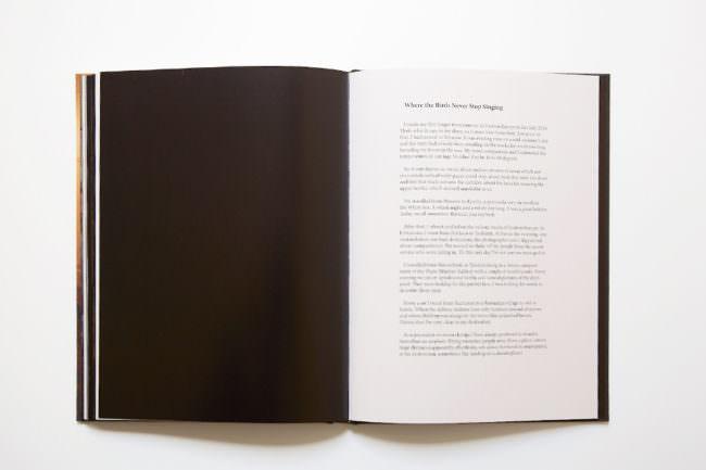 Aufnahme des aufgeschlagenen Buches, links schwarze Seite, rechts Text