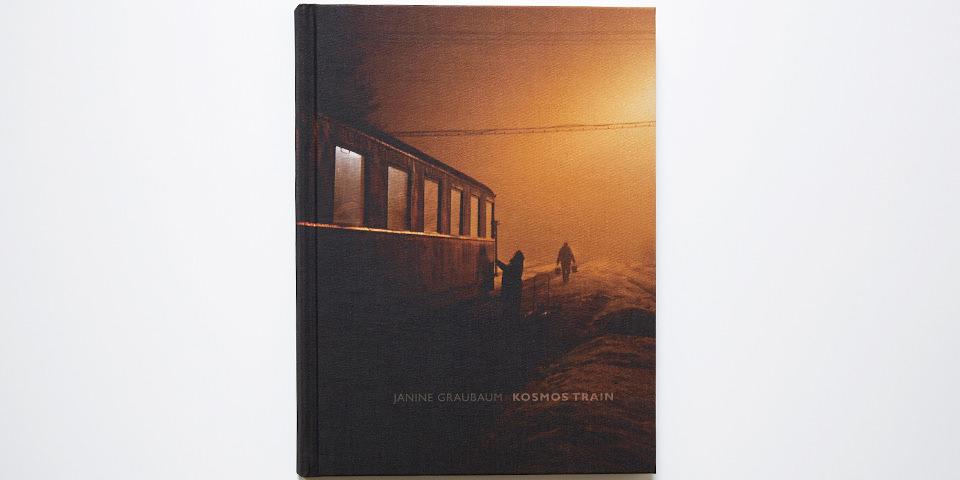 Aufnahme des Covers von Janine Graubaums Bildband Kosmos Train